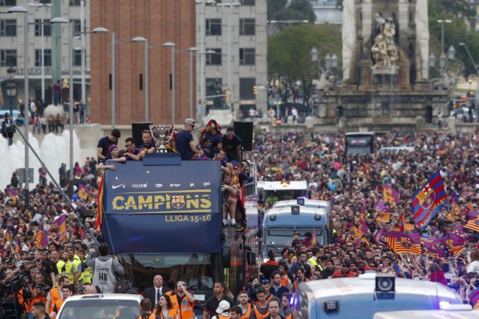 El plantel de Barcelona recorrió el centro de la ciudad por más de cuatro horas festejando su título de Liga. (Foto: AFP)