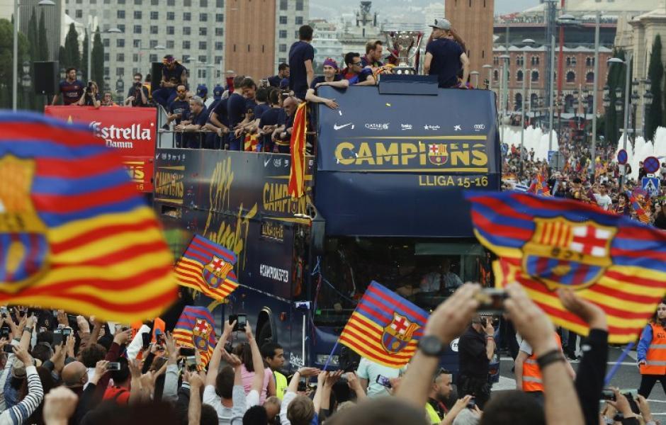 Una multitud acompañó el recorrido del campeón. (Foto: AFP)