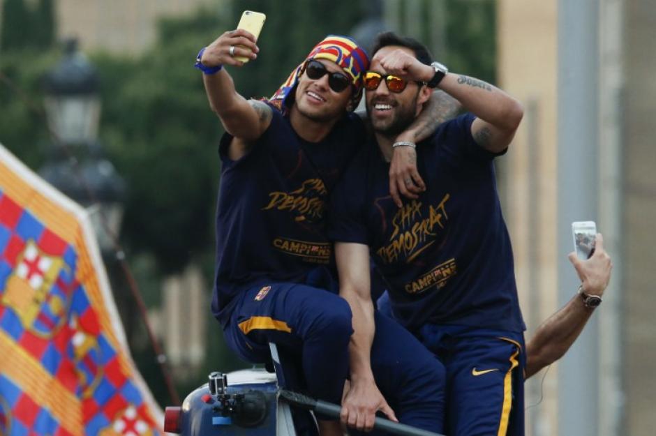"""Para el recuerdo. Neymar y el portero chileno, Claudio Bravo, se tomaron una """"selfie"""". (Foto: AFP)"""