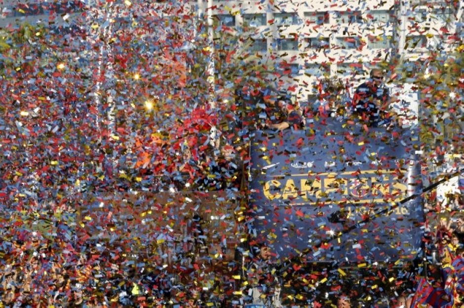 Colorida la caravana del campeón de la Liga de España, en la temporada 2015-2016. (Foto: AFP)