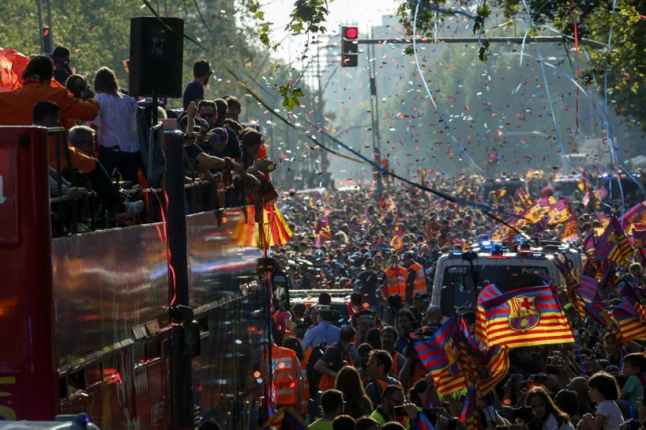 MIles de personas en Barcelona salieron a las calles para acompañar la caravana de campeones. (Foto: AFP)