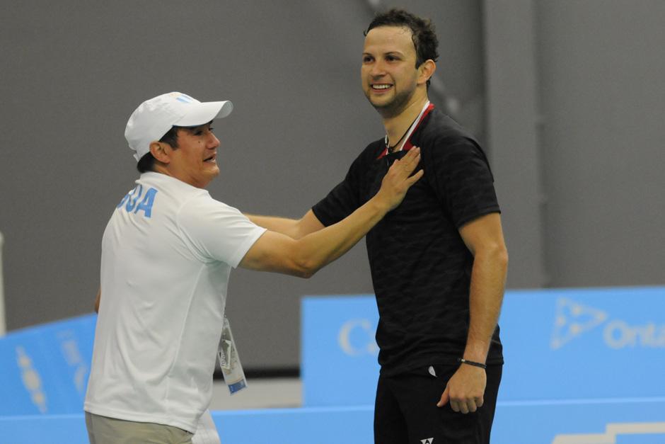 Kevin es felicitado por su entrenador José María Solís