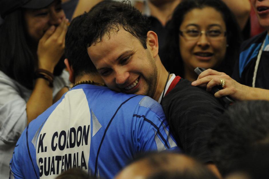 Kevin se funde en un abrazo con su hermano tras ganar el oro, pues parte de su familia llegó a presenciar su participación en Canadá. (Foto: Pedro Mijangos/Soy502)