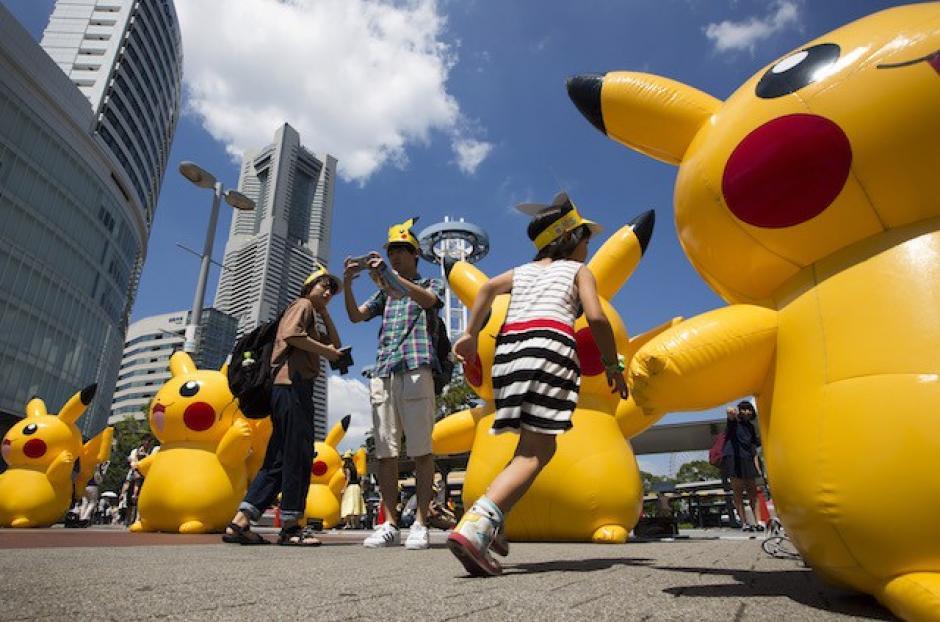 Los niños disfrutaron con los gigantes Pikachus. (Foto: Sopitas)