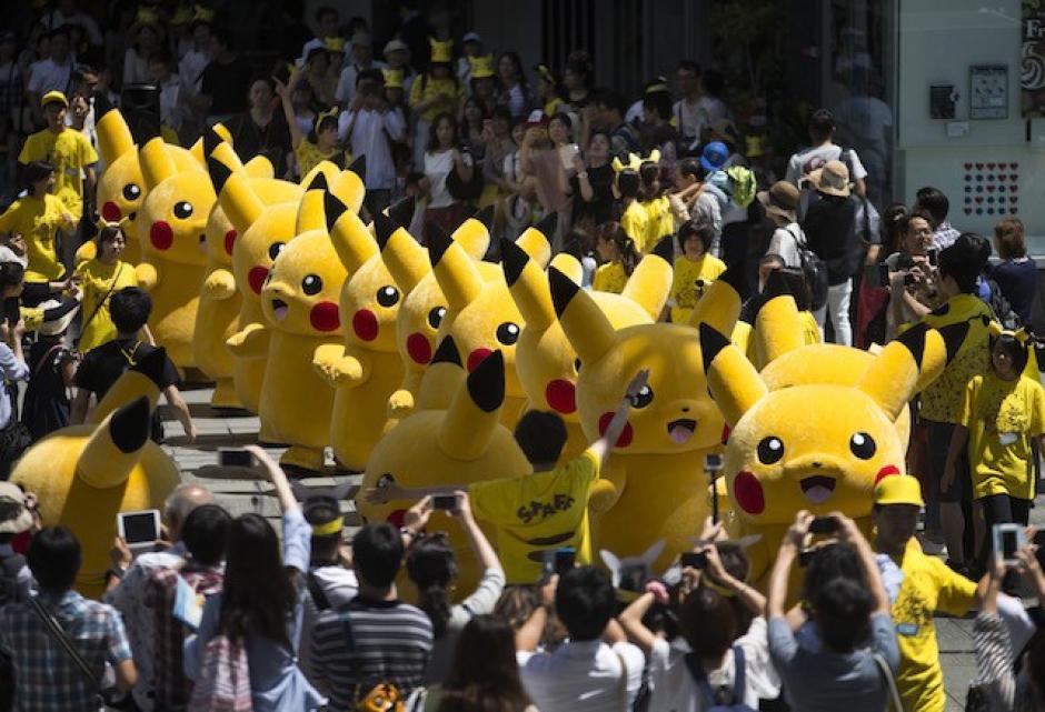 Unos 50 Pikachu de tamaño natural marcharon por el paseo marítimo de Yokohama. (Foto: Sopitas)