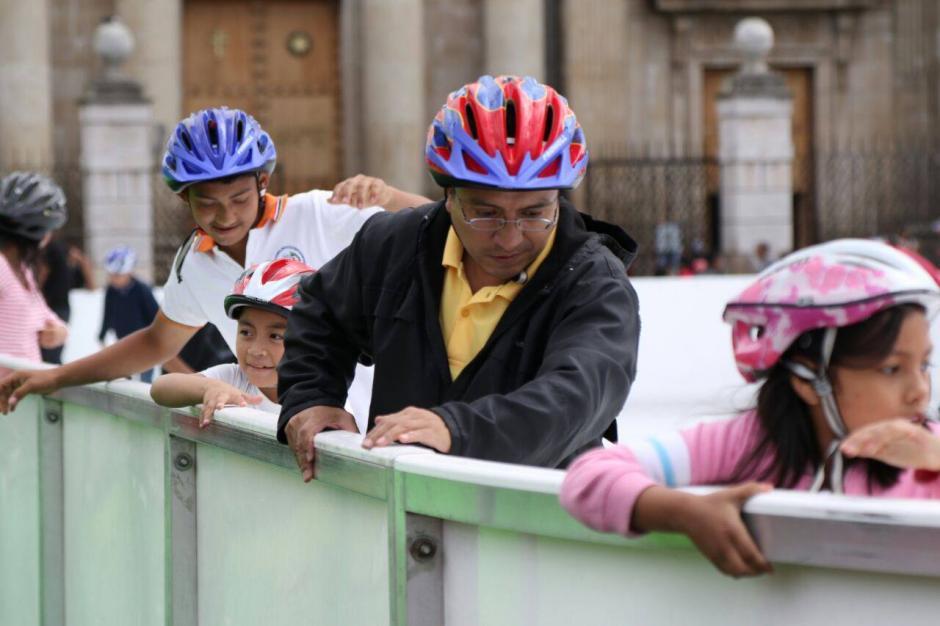 Chicos y grandes disfrutan de la pista de hielo. (Foto: Alejandro Balan/Soy502)