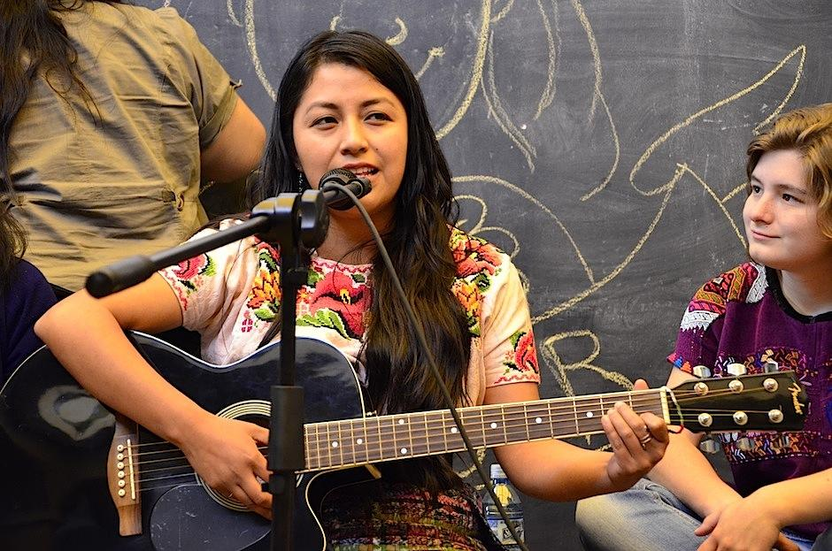 Aurora Chaj rindió un homenaje a las sabias abuelas. (Foto: Selene Mejía/Soy502)