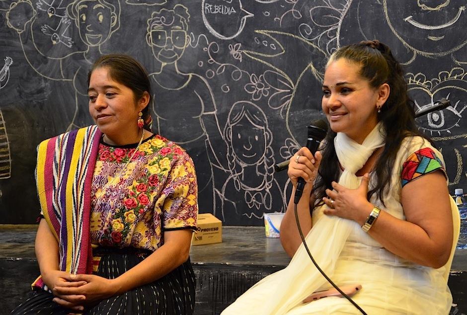 Sacerdotiza Alba Josephina Limatuj y la madre Parvaty Harekrishna hablan del espítiru. (Foto: Selene Mejía/Soy502)