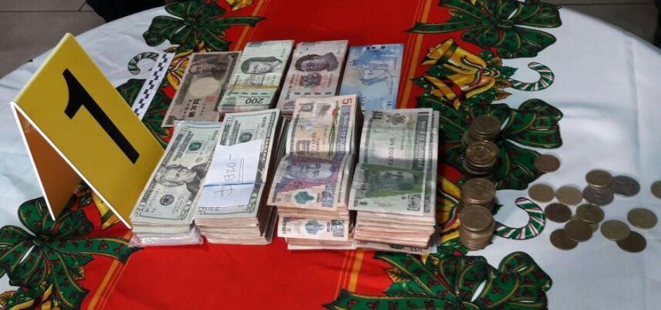 Las autoridades decomisaron dinero en diferentes denominaciones. (Foto: PNC)
