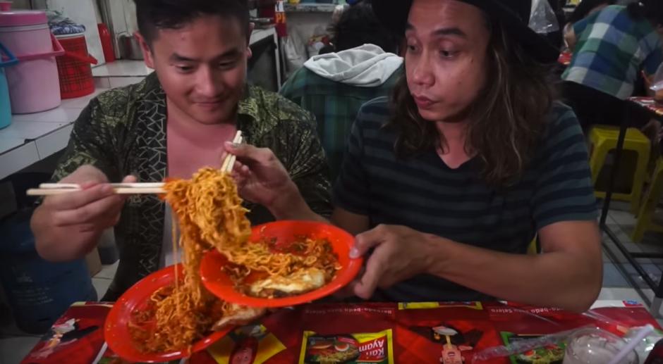 En su búsqueda encuentra un restaurante en Indonesia. (Captura de pantalla: Awesome Eats/YouTube)