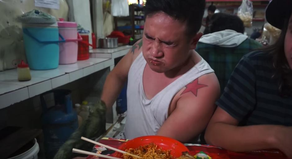 El hombre empieza a sudar cuando consume el platillo. (Captura de pantalla: Awesome Eats/YouTube)