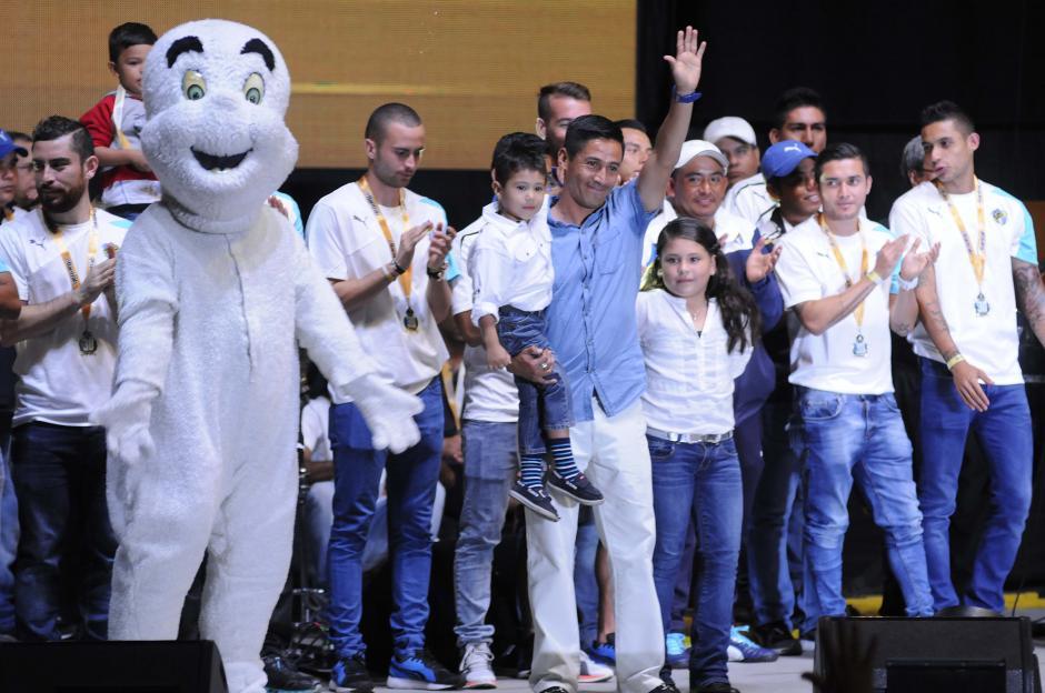 Rigoberto Gómez estuvo acompañado por sus hijos durante toda la celebración.(Foto: Orlando Chile/Nuestro Diario)