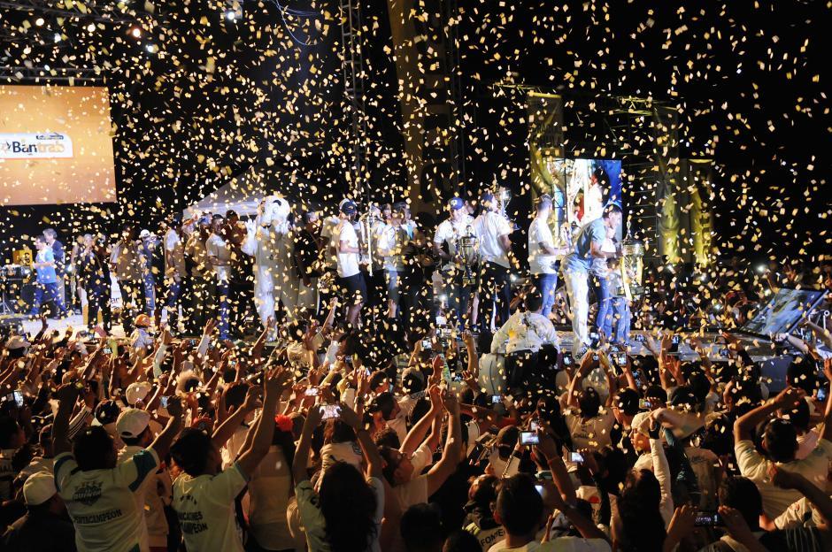 Con papelitos al aire, aplausos, canticos y música de la Sonora Dinamita, terminó la fiesta de los albos en la zona 6.(Foto: Orlando Chile/Nuestro Diario)
