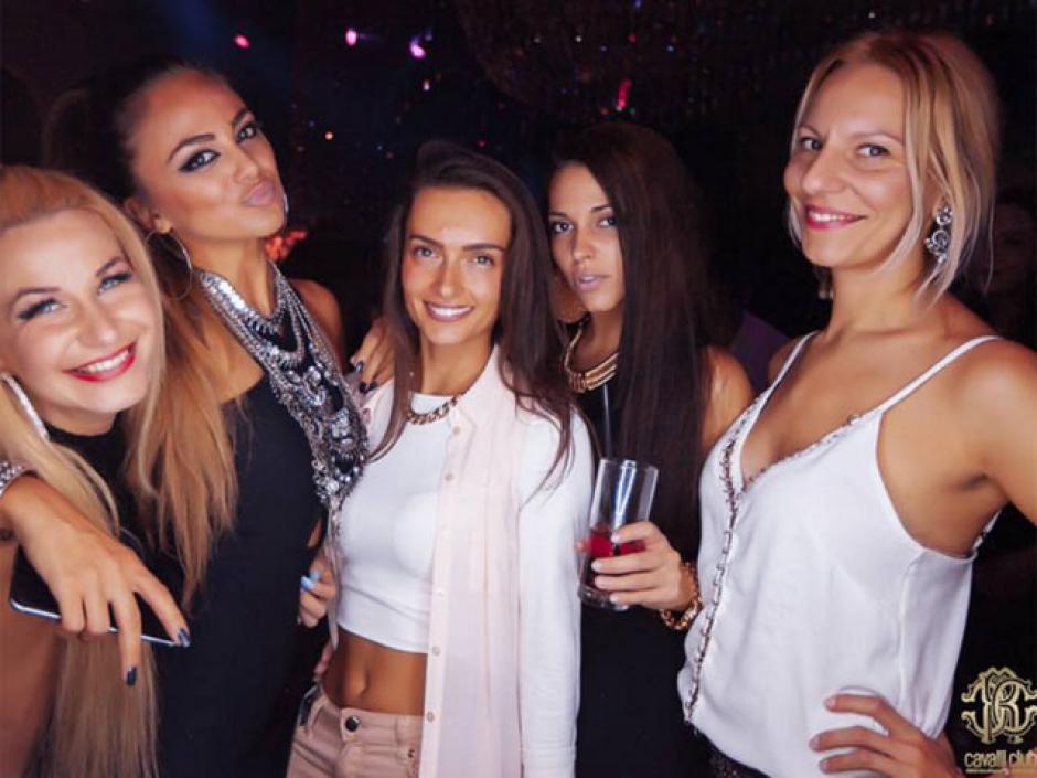 """Varias """"amigas"""" de Benzema dijeron presente en la fiesta de cumpleaños.(Foto: Cavalli Club)"""