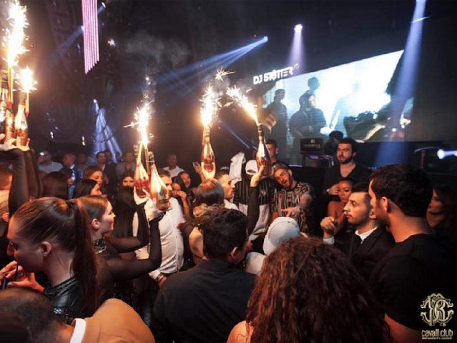 Benzema bailó hip hop y compartió con sus amigos su natalicio 28.(Foto: Cavalli Club)