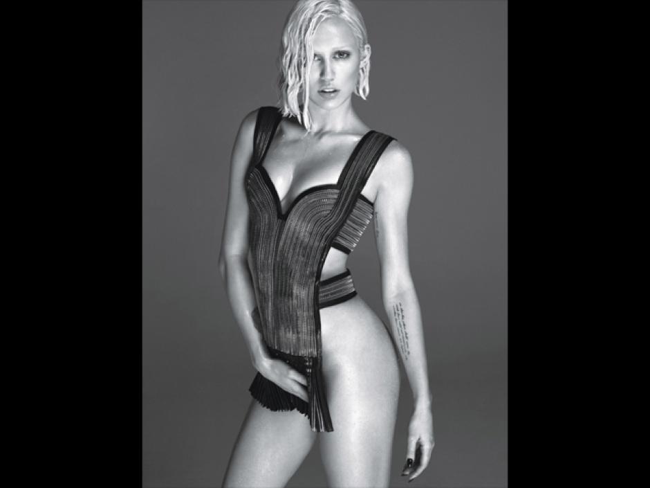 Las fotografias en blanco y negro, muestran a la cantante con muy poca ropa. (Foto: Instargram)