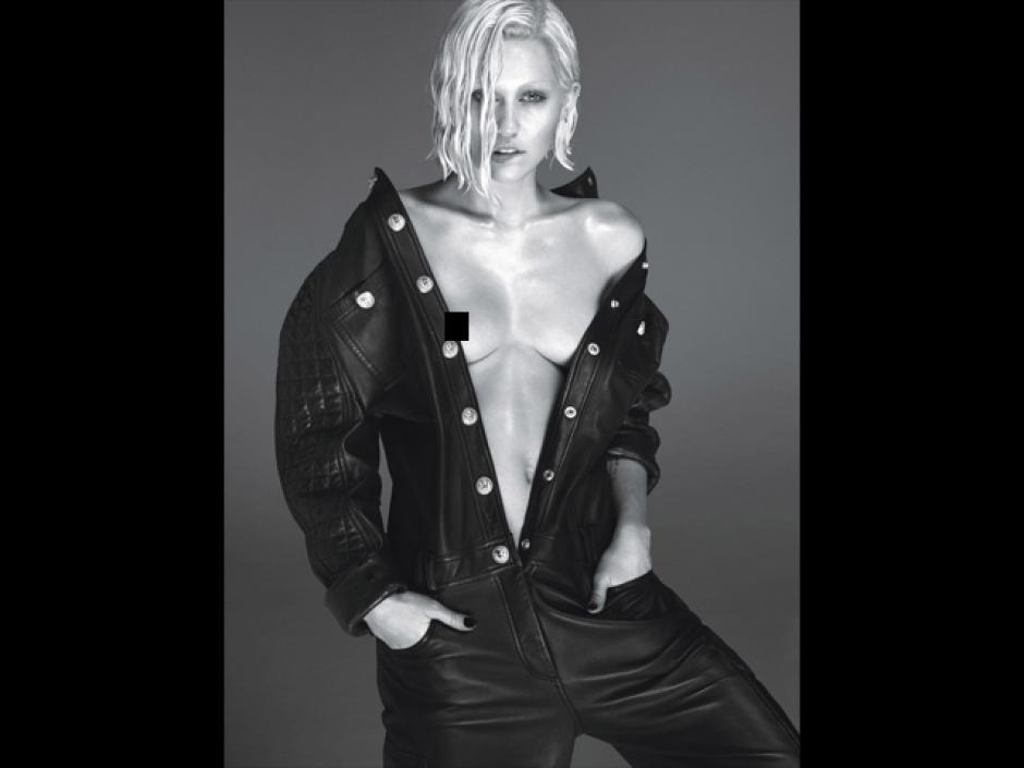 La ex Hannah Montana vuelve a mostrar sus pechos en público.