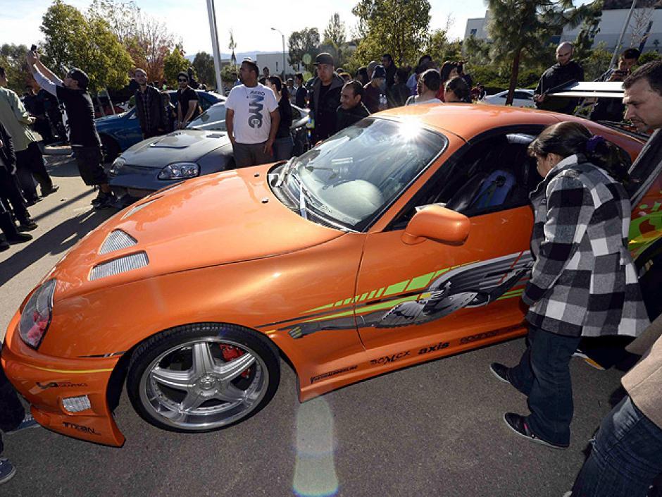 Uno tras otro los autos se colocaron en fila para recorrer la calle Hercúles donde el 30 de noviembre murió Paul Walker en un Porsche Carrera GT. (Foto: EFE)