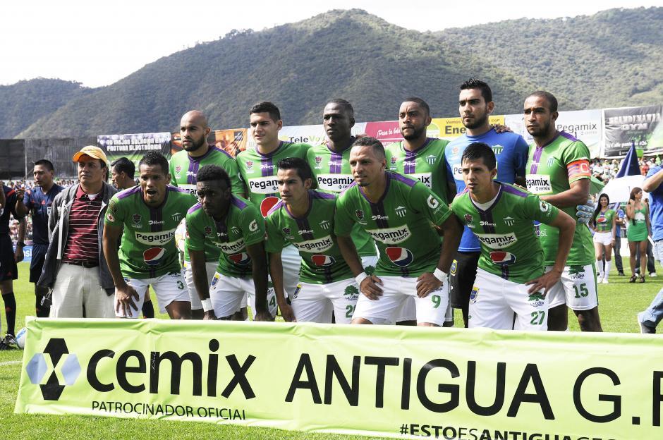 El equipo titular de Antigua GFC que se enfrentó a Guastatoya en la final de vuelta del Apertura 2015 en el estadio Pensativo. (Foto: Nuestro Diario)