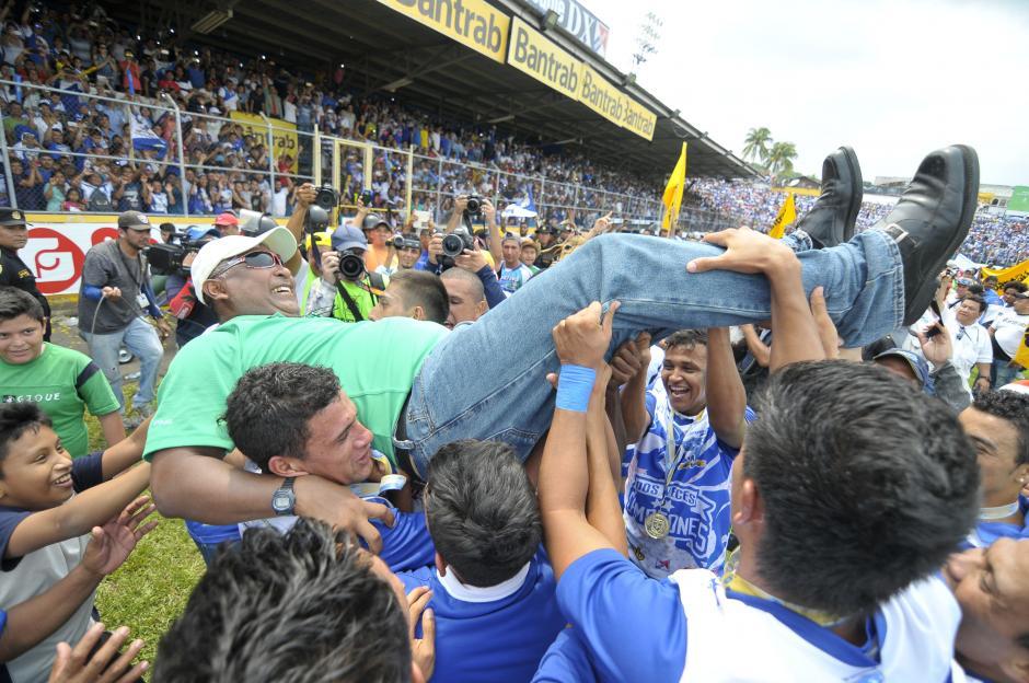 Duglas Zamora fue cargado por sus jugadores tras el pitazo final. (Foto: Nuestro Diario)