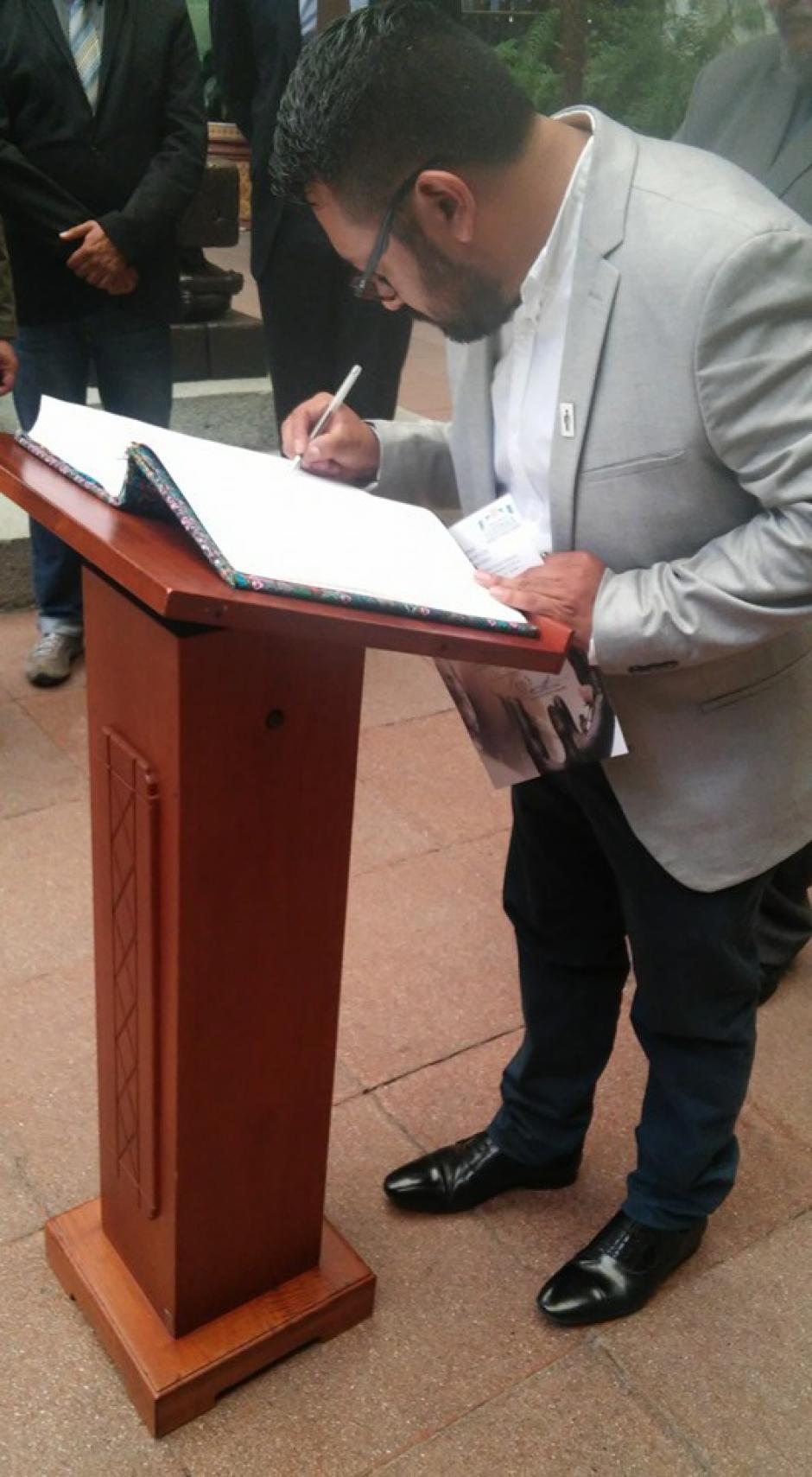 Marvin García, director de Asociación Metáfora y el Festival Internacional de Poesía de Quetzaltenango en el Cambio de la Rosa. (Foto: Metáfora)