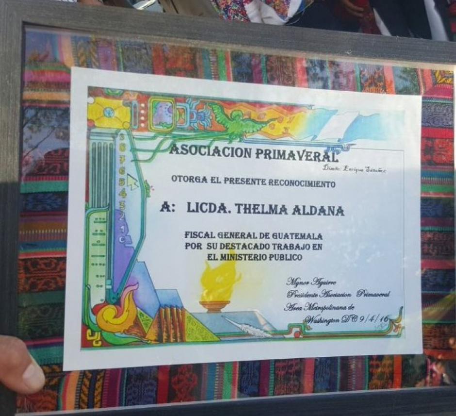 Este es el reconocimiento que recibió la Fiscal General. (Foto: Ministerio Público)