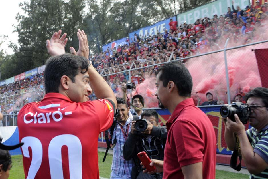 El delantero nacional saludó a la afición presente y portó el número 20 en el dorsal de su camisola. (Foto:Luis Barrios/Soy502)