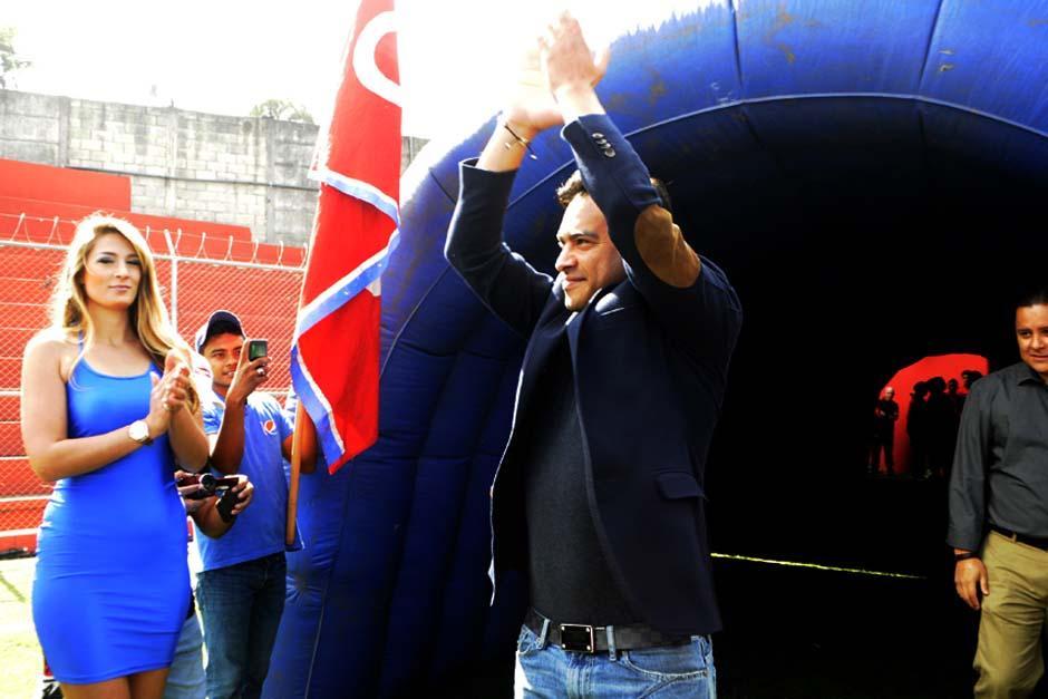 Carlos Ruiz fue ovacionado por los casi dos mil aficionados asistentes al salir del túnel hacia la gramilla del estadio de El Trébol. (Foto: Luis Barrios/Soy502)