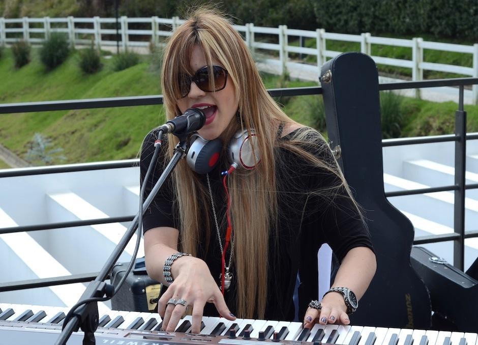 Flaminia presentó sus ritmos electrónicos, minutos antes del desfile. (Foto: Selene Mejía/Soy502)
