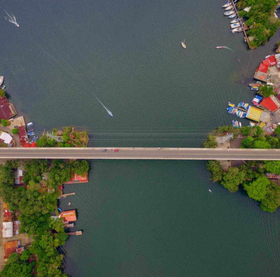El puente para cruzar Río Dulce es opacado por la belleza. (Foto: Peter Flunkert)