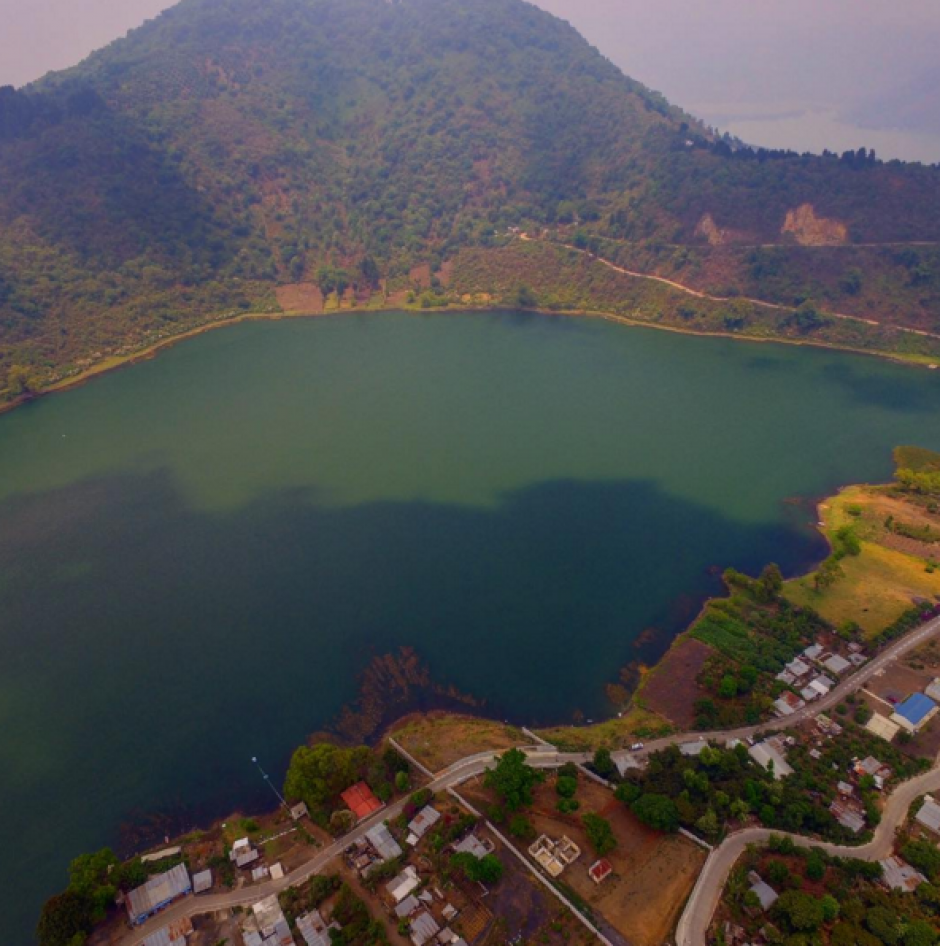 El lago Amatitlán se asoma imponente. (Foto: Peter Flunkert)