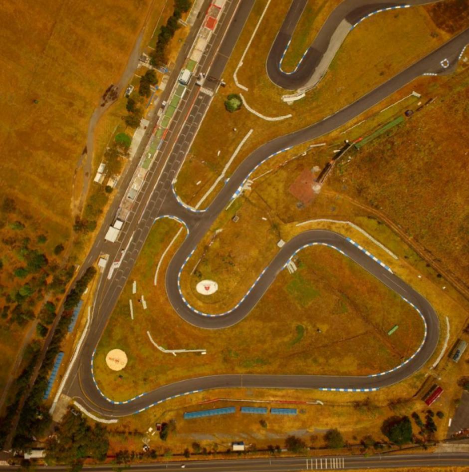 La carretera luce como una serpiente desde este ángulo. (Foto: Peter Flunkert)