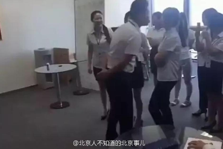 Las empleadas deben ponerse en fila y besar en la boca al jefe. (Foto: people.cn)