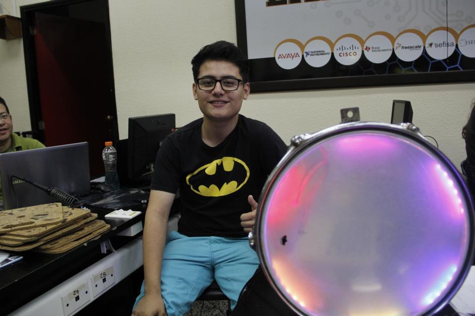 """Jason Chicas es uno de los estudiantes que participa en el """"enchulado"""" de los instrumentos musicales con el apoyo de Steve French.(Foto: Fredy Hernández/Soy502)"""