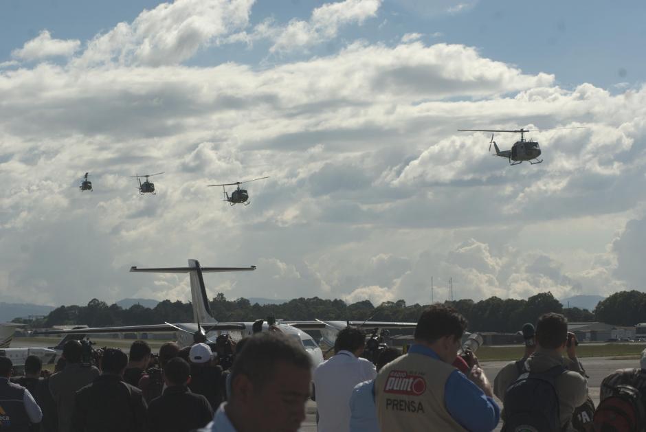 Como si fuera un show aéreo, cuatro helicópteros transportaron a los supuestos implicados en la fuga de José Ranferí Ponce. (Foto: Jesús Alfonso/Soy502)