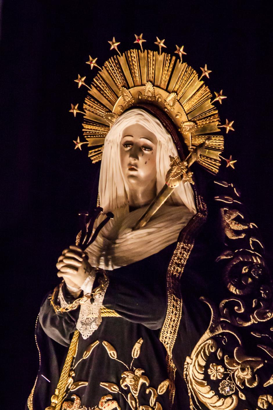 La Virgen acompaña el cortejo procesional en este Viernes Santo. (Foto: Mario Hernández/Soy502)