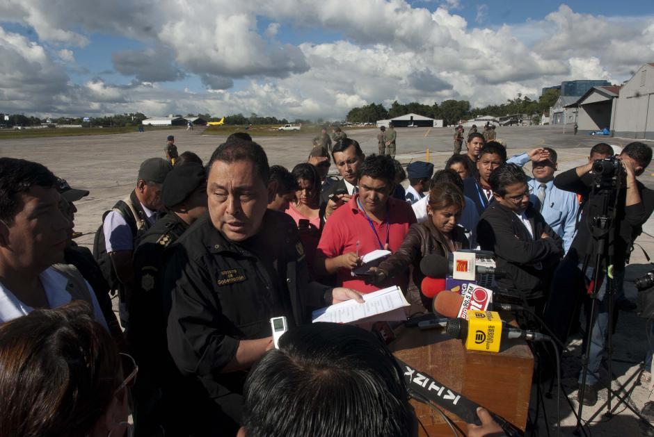 El Ministro de Gobernación, Maurico López Bonilla se dirige a periodistas durante la conferencia de prensa en el Aeropuerto Internacional La Aurora. (Foto: Jesús Alfonso/Soy502)