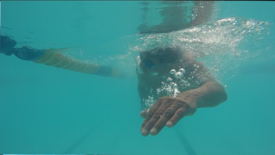 Los jóvenes llegaron desde temprano para aclimatar su cuerpo a las frías aguas de la piscina olímpica de la zona 5 de la capital. (Foto: Antonio Ordoñez)