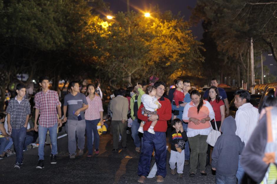 Cientos de familias observaron el espectáculo en las inmediaciones del Campo Marte. (Foto: George Rojas/Soy502)