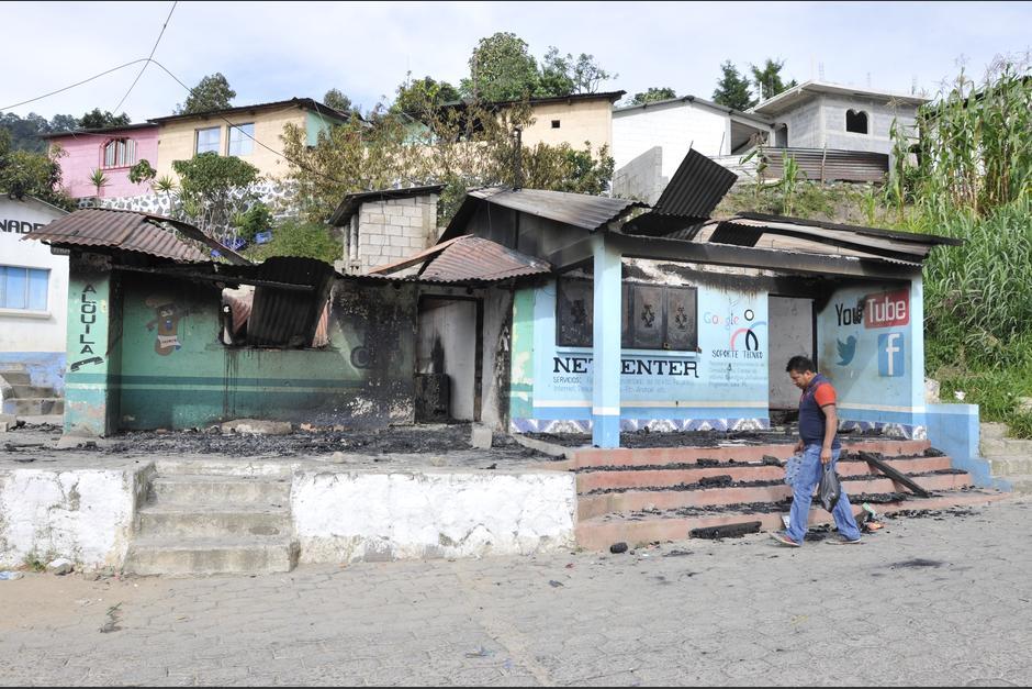 Un hombre camina frente al negocio que fue quemado por la turba de vecinos en Concepción, Sololá. (Foto: Alan Lima/Nuestro Diario)