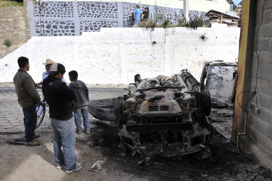 Curiosos observan uno de los vehículos que fue incendiado durante la jornada donde un grupo de pobladores quemó vivo al alcalde de Concepción, Sololá, Bacilio Juracán. (Foto: Alan Lima/Nuestro Diario )