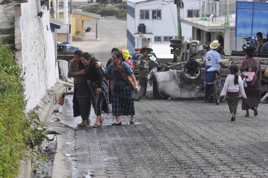 Familiares de las víctimas lloran y lamentan los hechos violentos en Concepción, Sololá. (Foto: Alan Lima/Nuestro Diario)