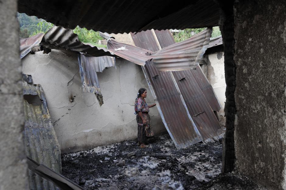 Una mujer observa los restos de la vivienda que fue destruida en un aparante conflicto entre políticos en Concepción, Sololá. (Foto: Alan Lima/Soy502)