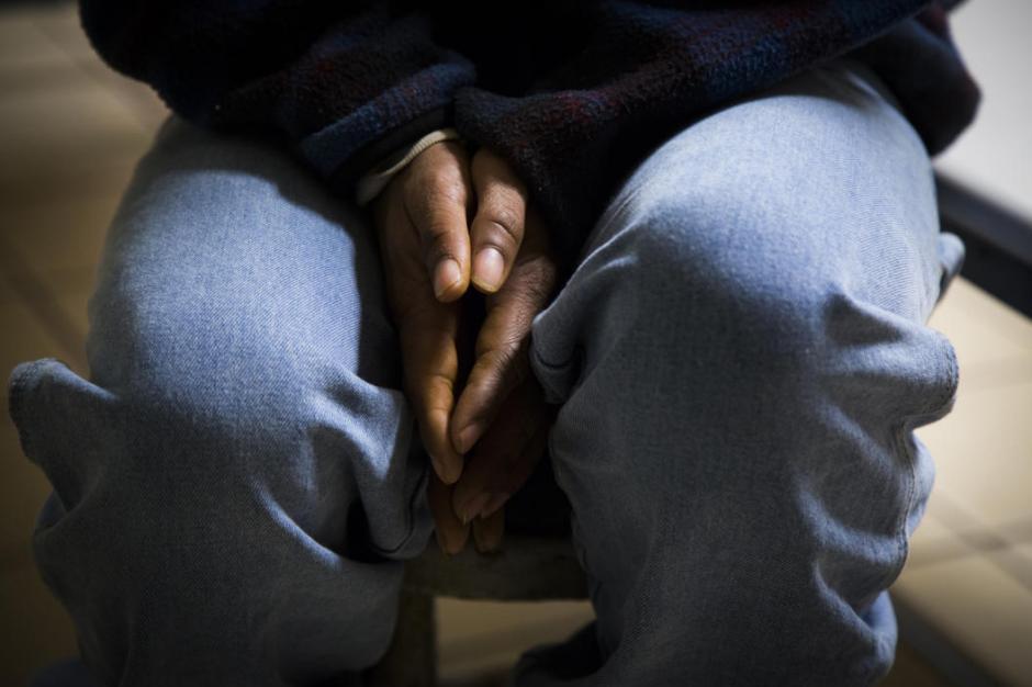 Josué esconde sus manos maltratadas por el frío y la madera. (Foto: Univisión)