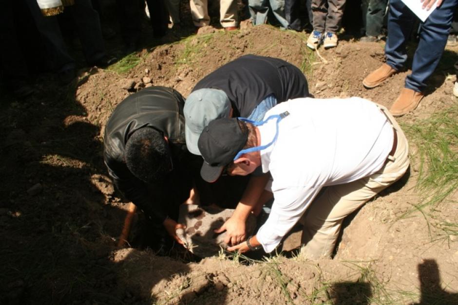 Colocación de la primera piedra del Centro de Salud de Tzununá. (Foto: Fundación Castillo Córdova)
