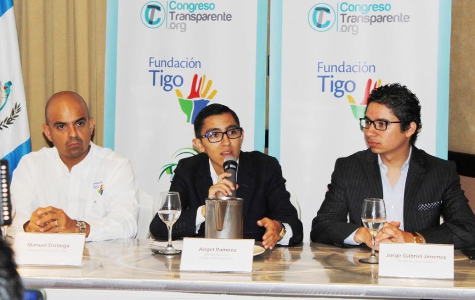 Ángel Ramírez, al centro, Director ejecutivo de Congreso Transparente, explica el funcionamiento de la plataforma. Lo acompañanManuel Sisniega, de Asuntos Corporativos de Tigo a la izquierda yJorge Gabriel Jiménez, Presidente de Guatecambia. (Foto: Doble Vía)