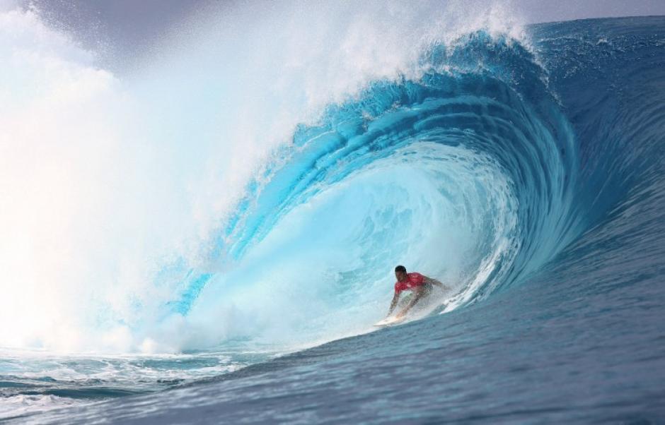El francés Michel Bourez surfea en una ola durante el final de la 14 ª edición del Pro evento de surf Tahití Billabong, parte de la ASP (Asociación de Surfing Professionals) gira mundial, el 25 de agosto de 2014 en Teahupoo, en la isla de la Polinesia Francesa de Tahití. (Foto: AFP/GREGORY BOISSY)
