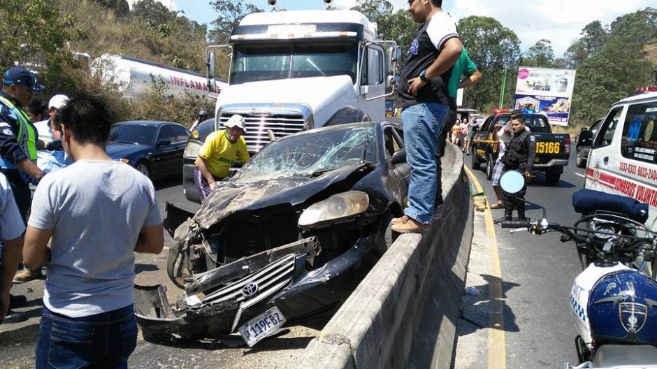 El accidente solo dejó daños materiales y personas con crisis nerviosa. (Foto: Pampichi News Amatitlán)