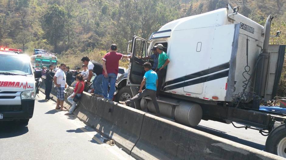 El accidente involucró varios carros. (Foto: Pampichi News Amatitlán)