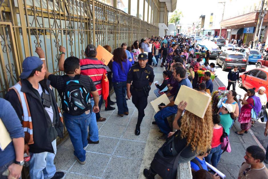 Cientos de personas hacen filas para ingresar a las instalaciones del Conap. (Foto: Jesús Alfonso/Soy502